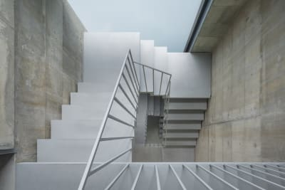 階段のコンクリート壁での撮影もよくご利用いただいています。  - Blend Studio レンタルスタジオ4時間プランの室内の写真