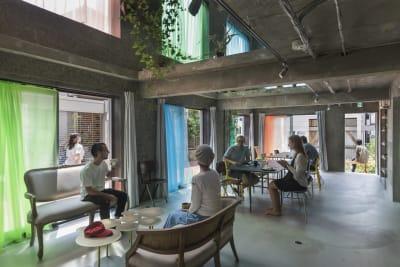 1階ロビー、2階吹き抜け、庭、キッチン、部屋3室、屋上、メイク室の利用が可能です。白ホリゾントルームは4月完成予定。 - Blend Studio レンタルスタジオ4時間プランの室内の写真