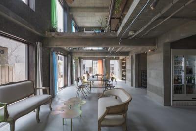 東側の壁一面が窓になっている自然光たっぷりのぜいたくな空間。 敷地面積200㎡、建築面積300㎡の建物をまるごとお貸しします! - Blend Studio レンタルスタジオ4時間プランの室内の写真