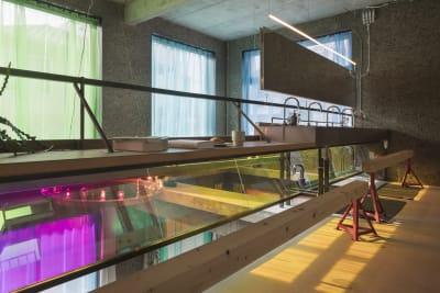 2階吹き抜けからの撮影。吹き抜けに面するカーテンはグレー色に変更を予定しています。(時期はお問い合わせください) - Blend Studio レンタルスタジオ4時間プランの室内の写真