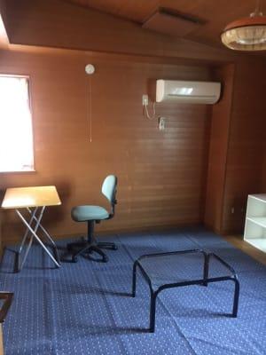 6畳位の個室です。 窓は南に1、北に1です。 - コモンハウス雪谷 201号室 テレワークスペースの室内の写真