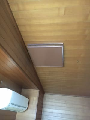 机、椅子、換気扇、エアコン、火災報知器 - コモンハウス雪谷 201号室 テレワークスペースの設備の写真