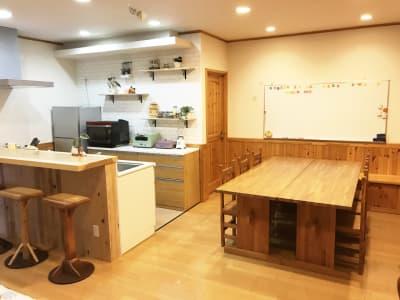 6人掛けテーブルスペースとキッチンです。 テーブルはセパレート可能です。 - Cozy-Room キッチン付レンタルスペースの室内の写真