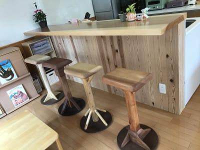 カウンターと椅子です。 - Cozy-Room キッチン付レンタルスペースの室内の写真