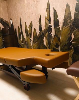 最高級の施術ベッドです。お客様に気に入られること間違いなし。 - グッドラック マッサージスペースの室内の写真