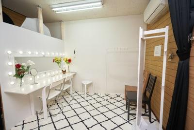 メイク着替えルーム - フォトスタジオナナイー! 気軽に使える白ホリ!の室内の写真