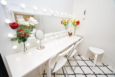 メイク台 - フォトスタジオナナイー! 気軽に使える白ホリ!の室内の写真