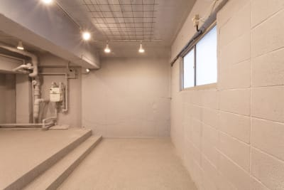 スペース下段、天井には格子がついているのでつるしディスプレイも可能です - SOKO. 立地雰囲気最高!使い方は自由!の室内の写真