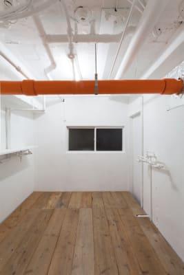 試着室、ストックルーム4平米の広々サイズです - SOKO. 立地雰囲気最高!使い方は自由!の室内の写真