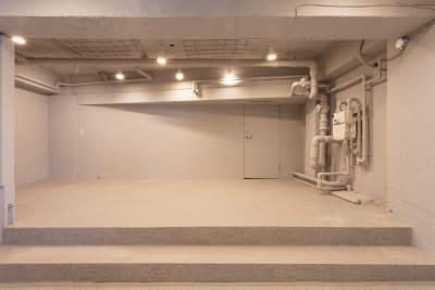 スペース上段天井には格子がついているのでつるしディスプレイも可能です - SOKO. 立地雰囲気最高!使い方は自由!の室内の写真