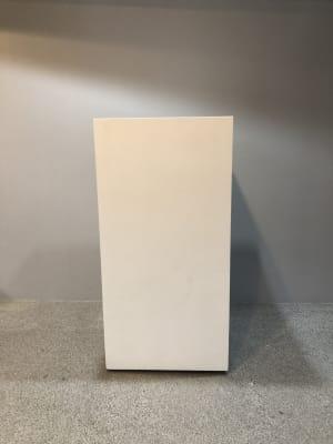 白のカウンター 幅40cm 奥行き40cm 高さ90cm 2台あります。 扉付き、中は棚になっています。 備品など収納できます。 - SOKO. 立地雰囲気最高!使い方は自由!の設備の写真