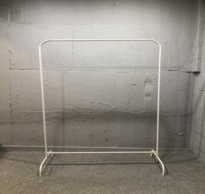 白のハンガーラック 幅85cm 高さ151cm 4台あります。 ※有料1,100円/1台(税込み) - SOKO. 立地雰囲気最高!使い方は自由!の設備の写真