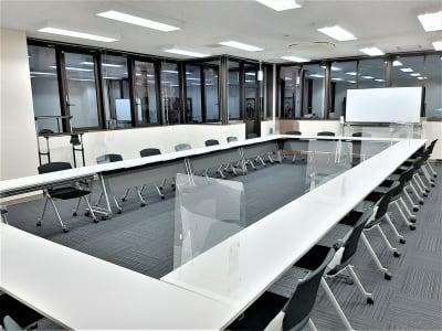 飛沫防止パネル配備 - エキマエ会議室 貸し会議室、セミナー会場の室内の写真