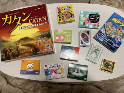 カタン・トランプ・UNO等3~6人で遊べるゲームを多数用意しています。 - ピッコロ町田 多目的スペースの室内の写真