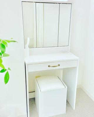 ドレッサー完備 - salon space  エステマッサージ、整体、鍼灸院の室内の写真