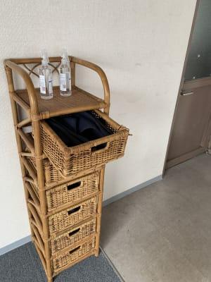 アルコール除菌スプレーとスリッパ入れ - ダイワ高井田セミナールーム 会議室、セミナールームの設備の写真