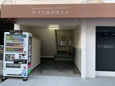 こちらから二階へあがります - ダイワ高井田セミナールーム 会議室、セミナールームの入口の写真