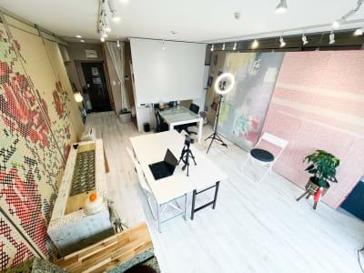 撮影背景6面あります。 季節ごとに作成。 - プラスぺ東新宿 動画撮影/勉強会 動画レンタルスタジオ テレワークの室内の写真