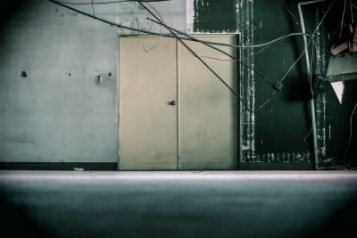 廃墟スペースの古びたドア。コスプレ撮影などに最適です。 - えこてん廃墟スタジオ 廃墟スタジオ、スケルトンスペースの室内の写真