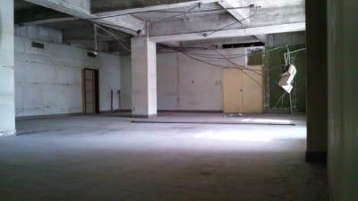 天井高は3メートルほどあります(梁までは2.5メール) - えこてん廃墟スタジオ 廃墟スタジオ、スケルトンスペースの室内の写真