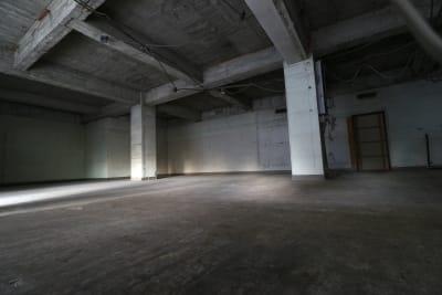 MV撮影や映画やドラマ、CMなどのロケにもご利用頂いております。 - えこてん廃墟スタジオ 廃墟スタジオ、スケルトンスペースの室内の写真