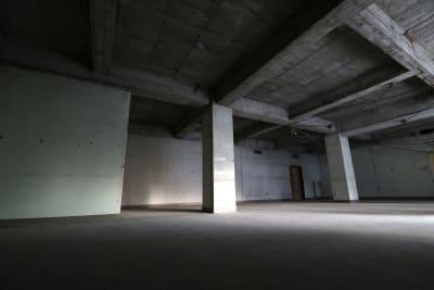 広さは100㎡ほどあります。貸切利用できます。 - えこてん廃墟スタジオ 廃墟スタジオ、スケルトンスペースの室内の写真