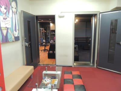 待合室から収録スペースとコントロールルーム入り口 - 防音レンタルスペース レンタル撮影・収録スタジオの室内の写真