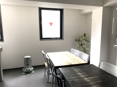 大きな窓からは、明るい日差しが入ります -  shotchu  レンタルスペースshotchuの室内の写真