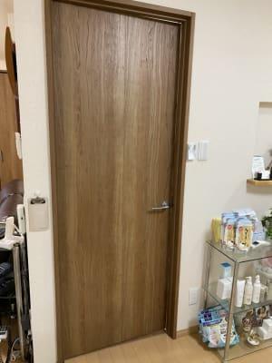 個室の入り口ドア(鍵はありません) - 京王八王子レンタルルーム 【貸スペース】八王子・半個室の室内の写真