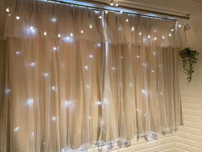 遮光カーテンに星型の穴が空いているので、天気の良い日は☆がピカピカに♪ - ピッコロ町田 多目的スペースの室内の写真