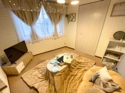 光が入りやすいので、自然光での撮影も可能です。コタツでまったり時間を過ごしませんか? - ピッコロ町田 多目的スペースの室内の写真