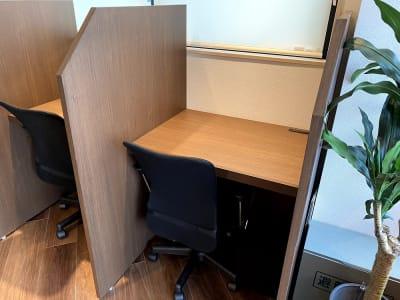 各席にコンセントが2箇所設置してあります。 - HaNaLe三鷹台駅会議室 個別デスク席③の室内の写真