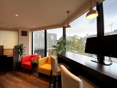 カウンター席、ソファー席もご利用いただけます、 - HaNaLe三鷹台駅会議室 個別デスク席③の室内の写真