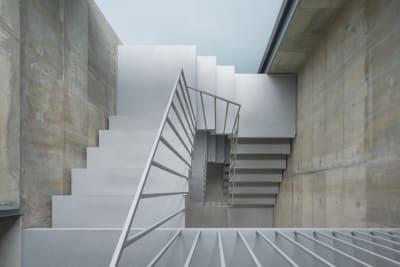 階段のコンクリート壁での撮影も人気。 - Blend Studio レンタルスタジオ8時間プランの室内の写真