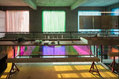 時間帯によって光の色が異なります。吹き抜けに面した2階のカーテンはグレー調の色に変更予定です。(時期はお問い合わせください。) - Blend Studio レンタルスタジオ8時間プランの室内の写真