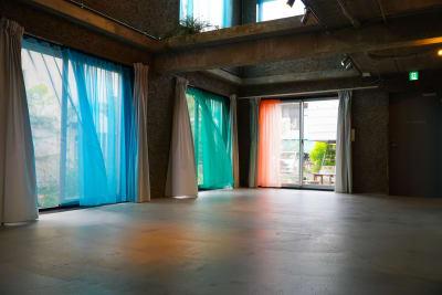 家具はすべて移動していただけます。カーテンの取り外しも可能です。 - Blend Studio レンタルスタジオ8時間プランの室内の写真