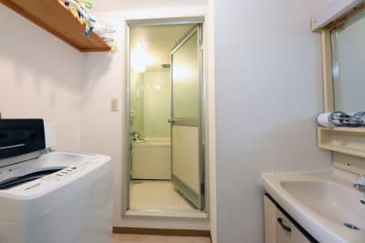 洗濯機、バスルーム、洗面台です。 - 名古屋の部屋 グリーンスペース名古屋の室内の写真