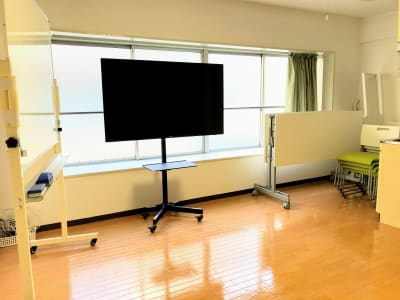 テーブルをたたんで、椅子を重ねれば広々と使えます! - お気軽会議室浅草橋西口 浅草橋駅から徒歩4分の室内の写真