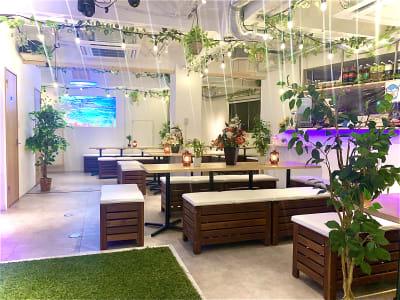 プロジェクターは全4画面!! テーブルの配置もご自由にどうぞ!! - 渋谷ガーデンパティオの室内の写真