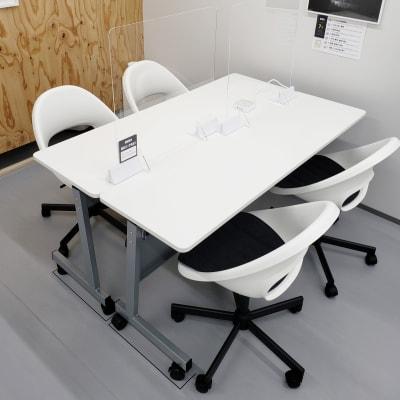 使用テーブル・チェア - OMO|オモ【三宮本通店】 【4席分|2デスク】貸し会議室1の室内の写真