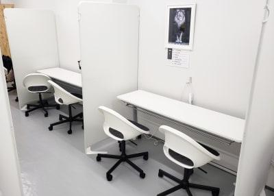 使用テーブル・チェア - OMO|オモ【三宮本通店】 【1席分】コワーキングスペース1の室内の写真