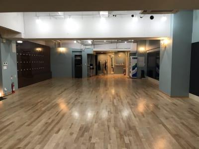 長方形の使いやすい形です。 天井高は4メートル以上あります。 - KM Dance Arts ダンススタジオの室内の写真