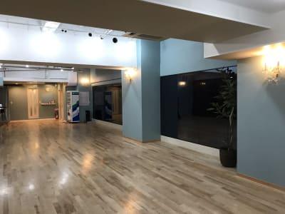 鏡はブラックミラーと普通の鏡があります。 - KM Dance Arts ダンススタジオの室内の写真