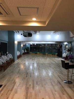 ソファースペースと椅子があるので50名は着席していただけます。 - KM Dance Arts ダンススタジオの室内の写真