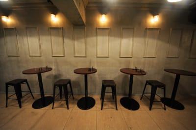 店内のテーブル・イスはご自由にご利用頂けます。 アクリル板の貸し出しも可能です。 ご相談ください。 - GREEN'S LINE 【ステージ有】撮影・配信の室内の写真