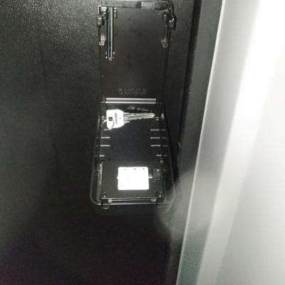 そこから鍵をお取りいただきお入りください - LNGYM レンタルジムの入口の写真