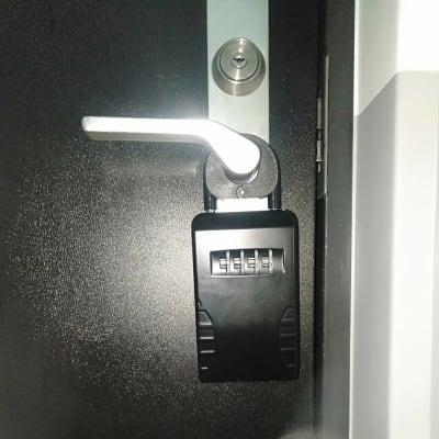 ジムの入口にキーボックスがあります - LNGYM レンタルジムの入口の写真
