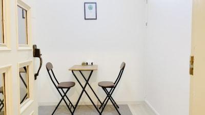 簡単な休憩や打ち合わせができるスペース。 - レンタルスタジオ「Bee」 多目的プライベートスタジオの室内の写真