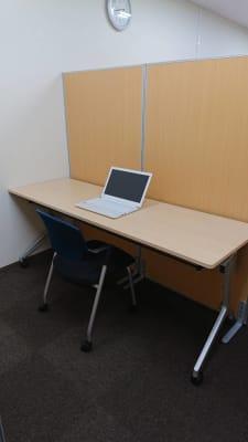 お1人1ブース、大きめの机で広々。 - ビステーション新橋 WEB会議専用ブース②の室内の写真