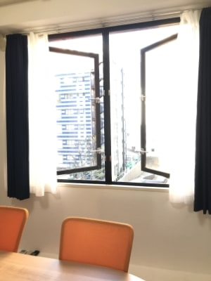 窓に面した部屋のため外気を取り入れて換気できます。 - 自習室天馬館別館 テレワーク対応個室2号室の室内の写真